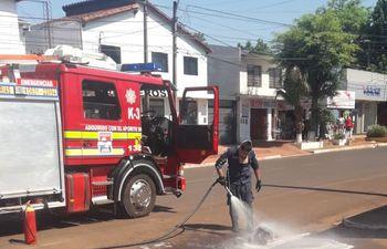 El tanque de combustible fue lanzado a la calle, donde los bomberos voluntarios se encargaron de sofocar las llamas.