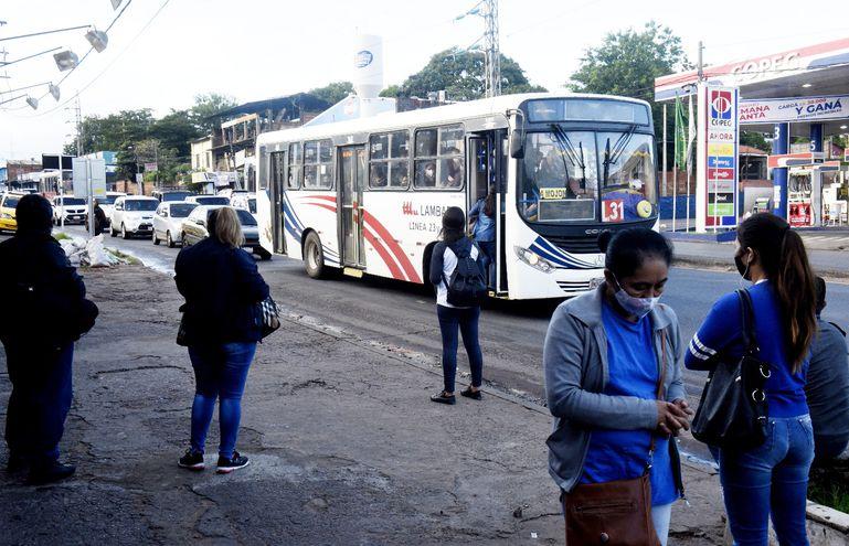 Transportistas aseguran que con la caída de la demanda en pandemia y la orden de limitar la cantidad permitida de pasajeros no se cubren los costos operativos para brindar el servicio.