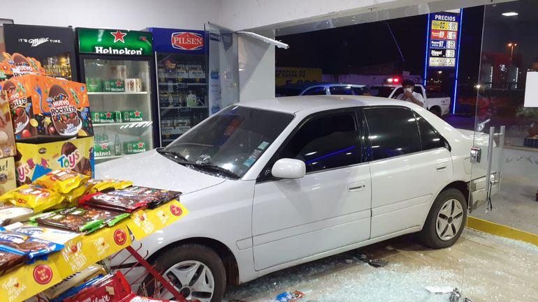 El automovil ingresó casi completamente a la estación de servicios ubicada en Luque.