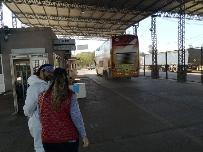 El bus que transporta a los paraguayos repatriados, al momento de cruzar la frontera en el cruce de Clorinda y Puerto Falcón, este domingo.