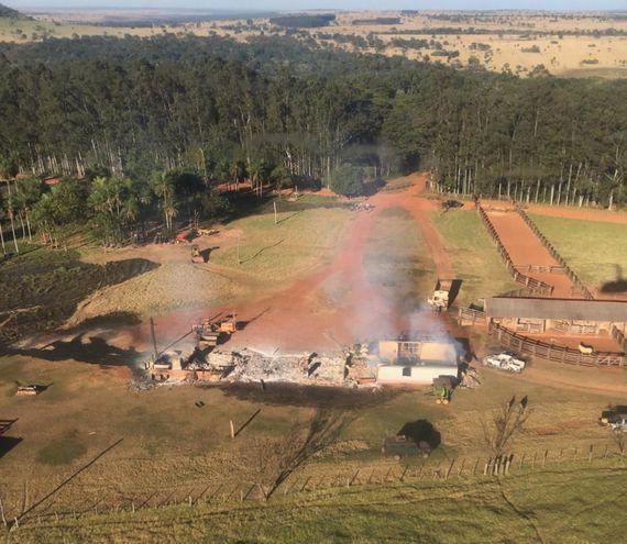 El casco central de la estancia Ñandu'i también fue saqueado e incendiado por los terroristas.