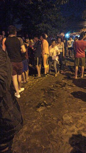 Personas reunidas alrededor del sitio del crimen, este sábado en Lambaré.