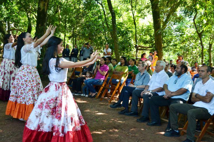 El ballet del Colegio San Vicente de Paul de San Ignacio ofreció danza folclórica para dar la bienvenida al ilustre visitante, el superior de los jesuitas a nivel mundial, padre Arturo Sosa (SJ).