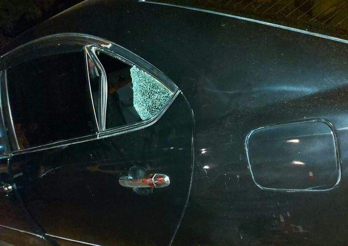 La ventanilla del auto donde el niño golpeó su cabeza.