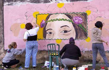 Mural en memoria a Isaura Bogado. Fotos publicadas en las redes sociales, acreditadas a Lía Fleitas y Belén Núñez.