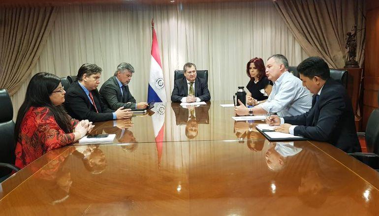 El senador Fernando Silva Facetti en reunión con ministros de la Corte y el titular de la Senad.