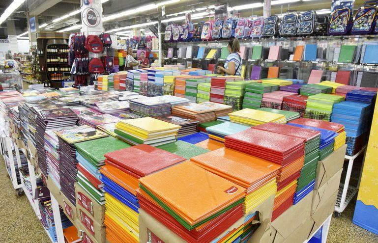 Las tiendas comerciales, como Casa Paraná, llenaron  su stock con todo tipo de útiles escolares con miras a inicio de clases, que mayormente debe darse en la segunda quincena de este mes.