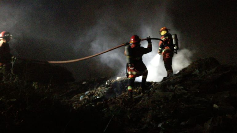 Incendio en un basural en Capiatá se extendió hacia un pastizal, obligando a un esfuerzo denodado de los bomberos para evitar consecuencias mayores.