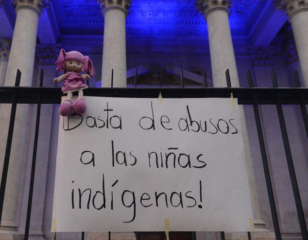 Un grupo realizó una manifestación frente al Panteón de los Héroes, exigiendo acciones firmes de las autoridades para frenar abusos a menores y proteger sobre todo a pueblos originarios.
