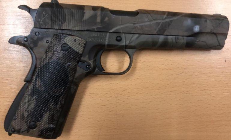 La pistola Glock que le fue obsequiada a Hernán Bogarín, de parte del condenado Julio Servián, por los favores recibidos en el penal.
