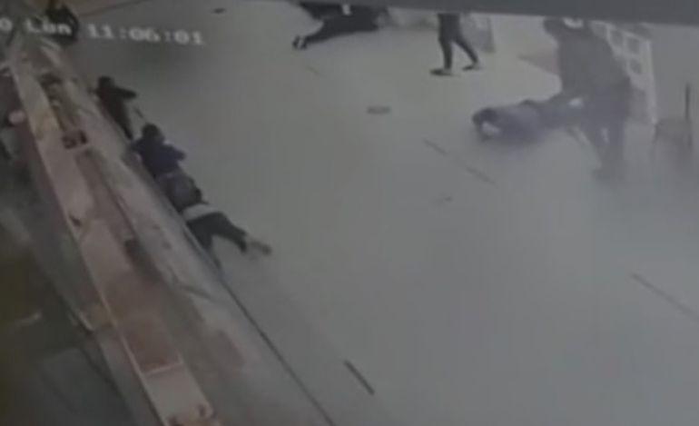 Los maleantes dominan al guardia de seguridad  y lo tiran al suelo, al igual que a  las otras personas que estaban en el sitio.