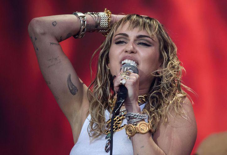 Miley Cyrus durante su presentación en el festival de Glastonbury, Inglaterra, el pasado domingo.