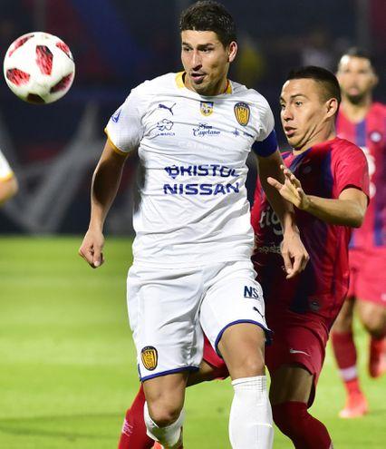 Los volantes, Luis Miño, de Luqueño y Ángel Cardozo Lucena, de Cerro Porteño, en puja por la pelota.