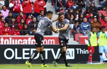 José Doldán recibiendo las felicitaciones de un compañero.