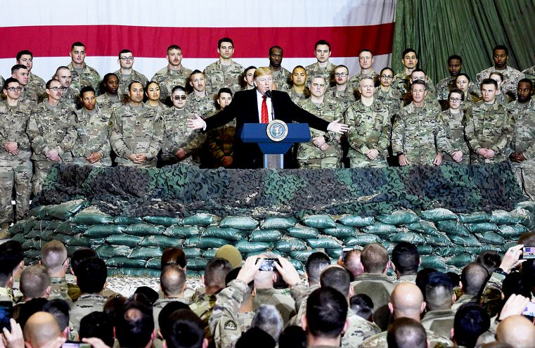 Donald Trump durante su sorpresiva visita a las tropas estadounidenses desplegadas en Afganistán, el pasado diciembre. El presidente de EE.UU. ha dispuesto el retiro de varios cuerpos militares en diversos campos de conflicto en el mundo.