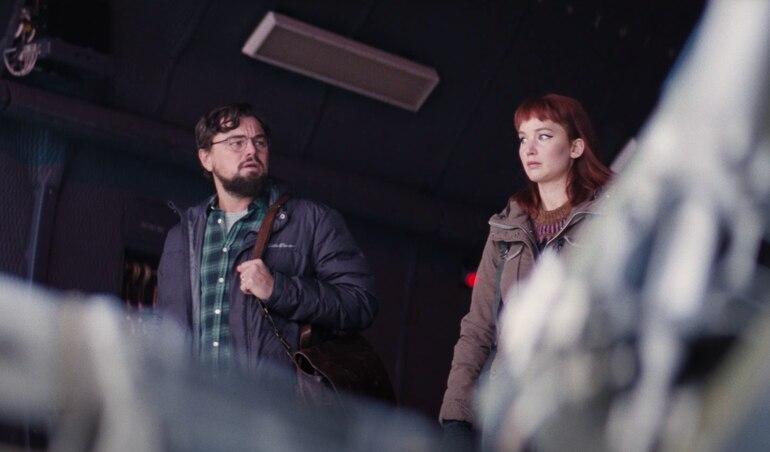 """Leonardo DiCaprio y Jennifer Lawrence en """"No miren arriba"""", que llega a Netflix en diciembre."""