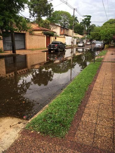 Calle inundada, en barrio Recoleta