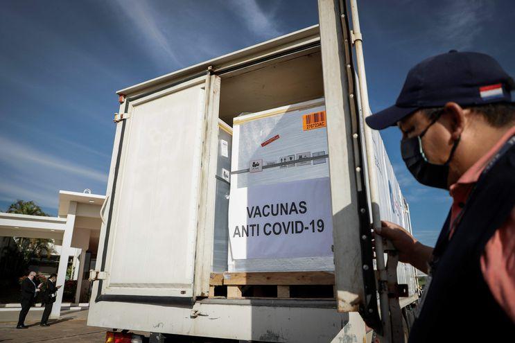 Vacunas antiCOVID en el aeropuerto Silvio Pettirossi. (EFE/ Nathalia Aguilar).