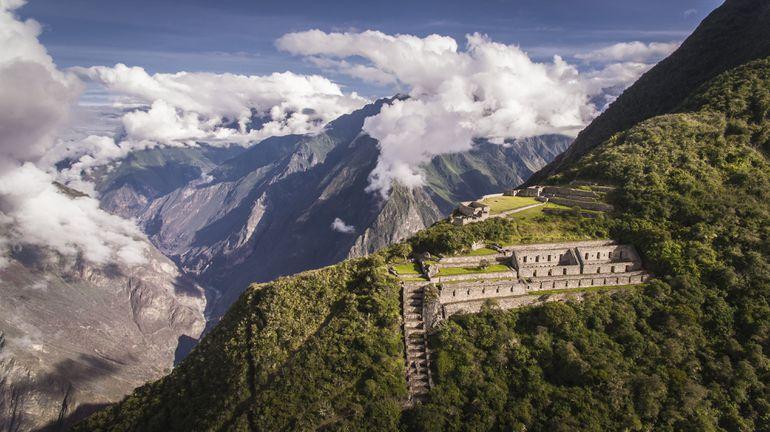 Choquequirao es un sitio Inca en el sur de Perú, similar en estructura y arquitectura a Machu Picchu. Las ruinas son edificios y terrazas a niveles por encima y por debajo de Sunch'u Pata, la cima de la colina truncada