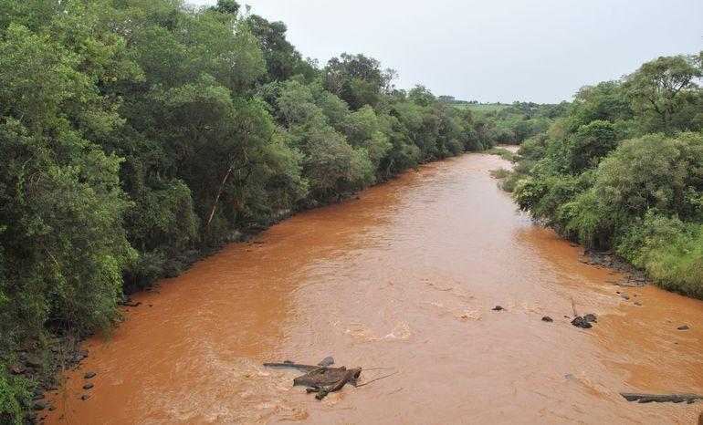 Después de cada lluvia las aguas del río Tembey se ponen rojas, producto de la erosión, según los técnicos.