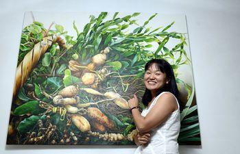 yuki-hayashi-junto-a-una-de-sus-pinturas-de-gran-formato-de-remedios-refrescantes-la-tematica-de-las-obras-de-la-artista-son-los-vegetales--193453000000-1776387.jpg
