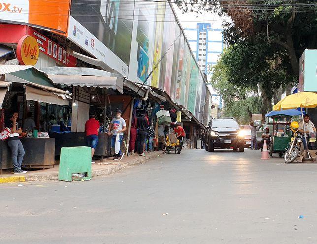 Los comerciantes de Ciudad del Este esperan la apertura de la frontera para poder reactivar el comercio fronterizo, muy afectado por la pandemia por covid-19.