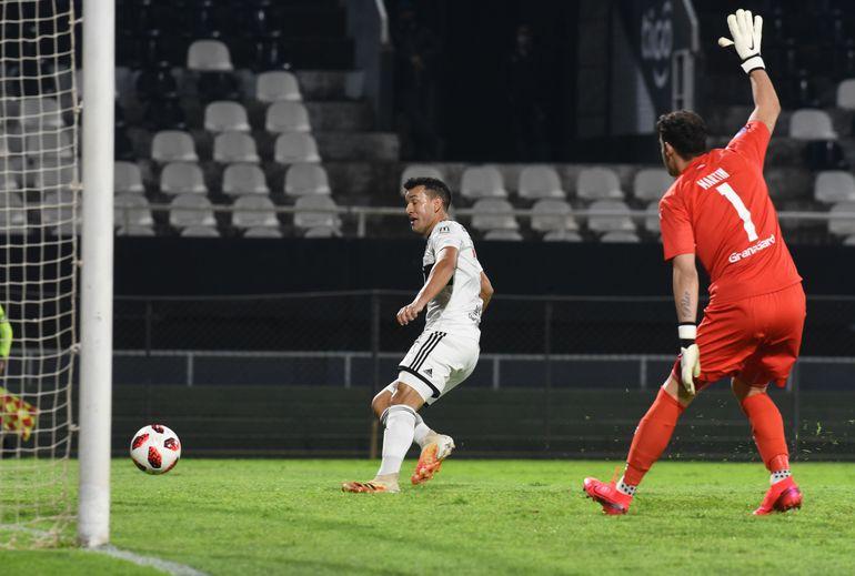 Néstor Camacho define para el 1-0 parcial de Olimpia sobre Libertad.