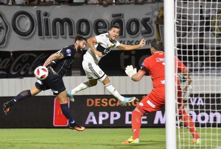 Néstor Camacho, de Olimpia, disputa un balón aéreo con Rodrigo Burgos, del 12 de Octubre.