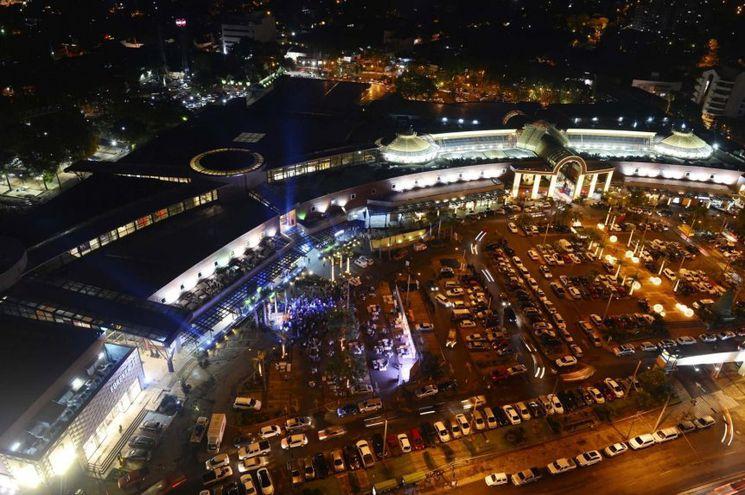 Imponente fachada del Shopping del Sol.