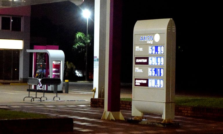 Precios del combustible en una estación de servicios.