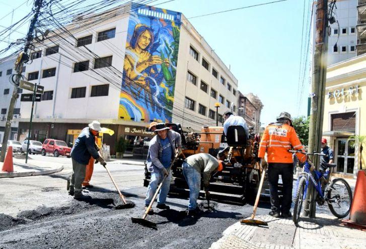 Regularización asfáltica en la calle Estrella se ha realizado esta semana. Algunos trabajos son interrumpidos por la lluvia.