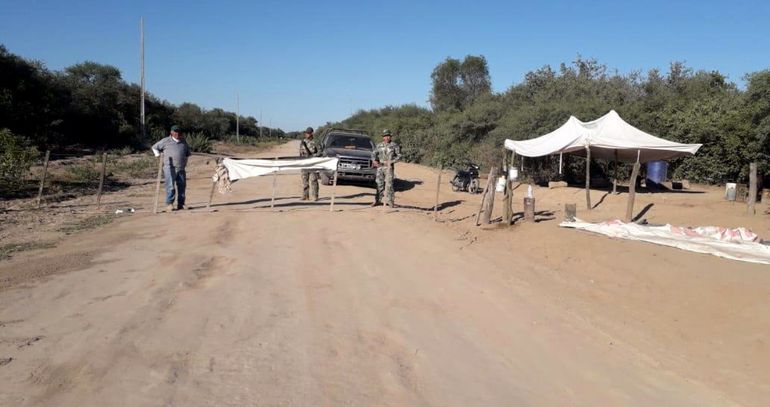 Barrera de control en el  acceso a Pozo Hondo desde la frontera con la Argentina para evitar la propagación del covid-19.