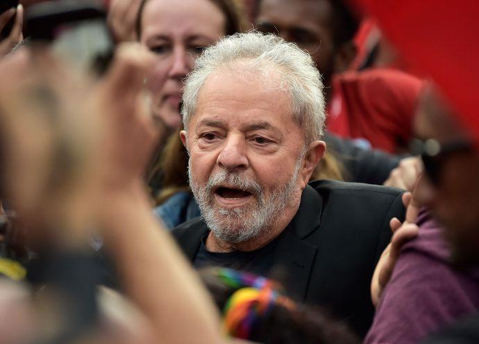 El expresidente brasileño Luiz Inácio Lula da Silva luego de su liberación, este viernes.