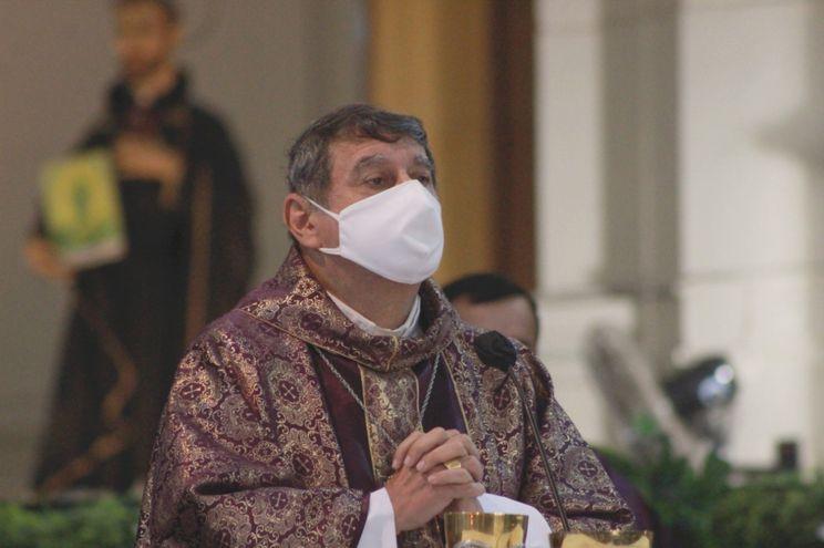 Monseñor Ricardo Valenzuela, obispo.