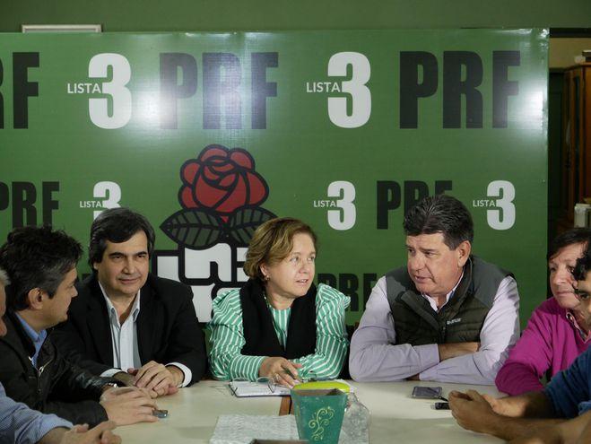 El senador Carlos Filizzola (i), Josefina Duarte (c), presidenta del PRF (Partido Revolucionario Feberista), y el presidente del PLRA (Partido Liberal Radical Auténtico), Efrain Alegre (d), participan en una conferencia de prensa.
