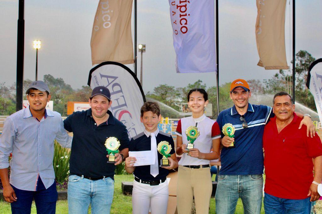 Parte del campeón Equus de la Prueba por Equipos B, con sus instructores.