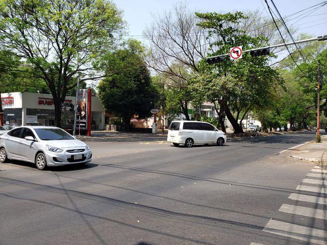 El corte de energía afecta también a los semáforos de Asunción. En la foto, el semáforo apagado ubicado en Mariscal López y Capitán Victoriano Bueno, en el barrio Villa Aurelia de Asunción.