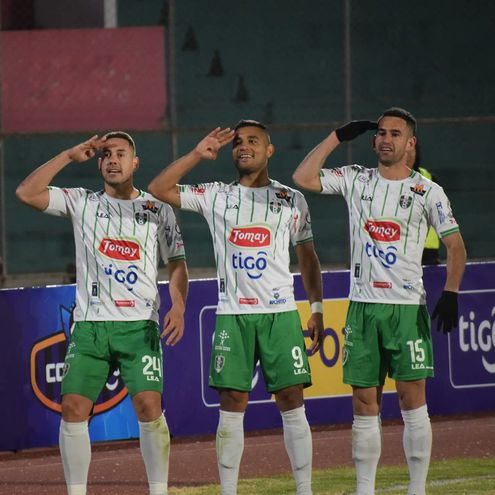 David Robles (i) festeja su gol para Real Tomayapo con el compatriota José Carlos Báez (d) y el argentino Eber Vera.