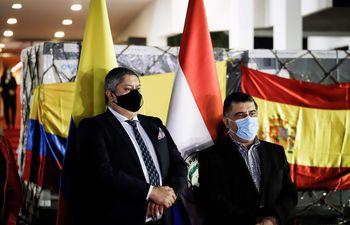 El encargado de Asuntos Políticos y Culturales de la Embajada de Colombia en Paraguay, Alonso Lozada de la Cruz, y Julio Borba, ministro de Salud de Paraguay.
