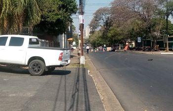 Inmediaciones del Instituto Paraguayo del Indígena (Indi) sobre la Avda. Artigas, donde se ve a lo lejos a un grupo de personas cerrando el paso. (Gentileza).