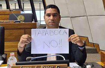 El diputado opositor  Jorge Brítez quiere que el tapabocas no sea de uso obligatorio. Los cartistas quieren suspenderlo.
