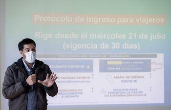"""AME3396. ASUNCIÓN (PARAGUAY), 19/07/2021.- El director general de Vigilancia de la Salud, Guillermo Sequera, ofrece una conferencia de prensa hoy, en el Ministerio de Salud, en Asunción (Paraguay). Paraguay organizará este viernes el denominado """"Día A"""" para vacunar a los adolescentes de entre 12 y 17 años con enfermedades de base, avanzando en la ampliación inmunológica de las franjas etarias y en medio de un descenso de los casos de Covid, que ha dejado más de 14.000 fallecidos en el país sudamericano. EFE/ Nathalia Aguilar"""