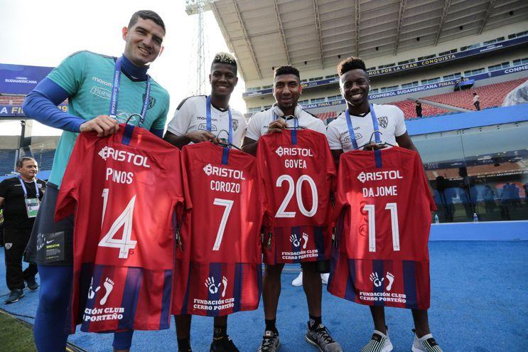 Un recuerdo del Ciclón: Los futbolistas de ambos equipos recibieron una camiseta de Cerro Porteño cada uno.