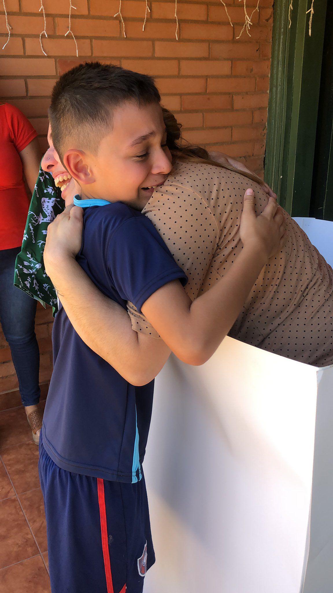 En la imagen se observa a Karina Cabriza el pasado mes de enero, quien volvió luego de once meses de España al país, para sorprender a su hijo Iann de nueve años.