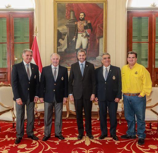 El presidente Mario Abdo con las principales autoridades del automovilismo nacional.