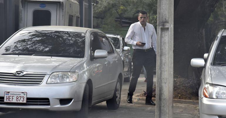 Uno de los efectivos policiales asignados a la custodia del exministro Raúl Torres Kirmser camina frente a la residencia del mismo.