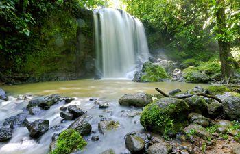 Una cascada dentro de un bosque tropical, en la localidad de Bijagua, Upala (Costa Rica).
