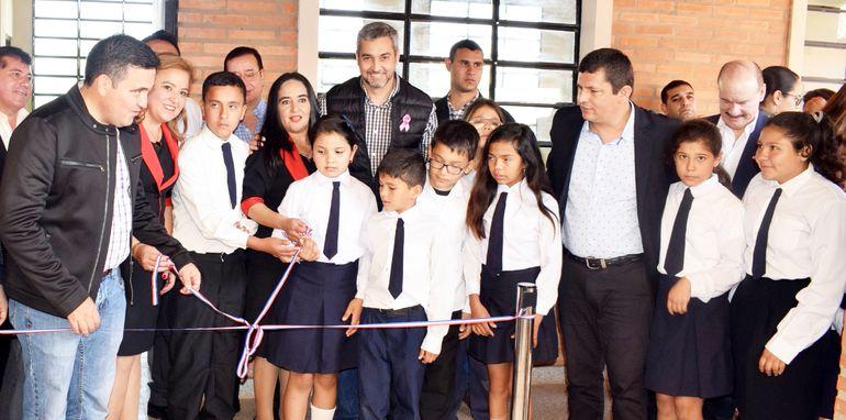 El ministro de Educación, Eduardo Petta, y el presidente de la República, Mario Abdo Benítez, junto con alumnos y docentes inauguraron mejoras en la escuela Manuel Cabello de Carapeguá.