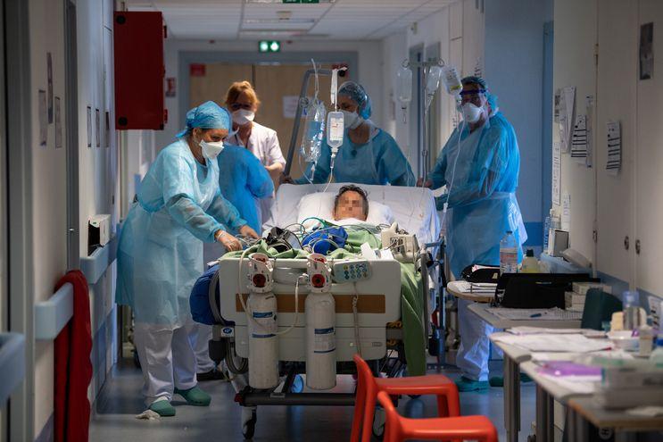 Unidad de Terapia Intensiva en el hospital CHU en Nantes, Francia, en la cual están internados pacientes con Covid-19.