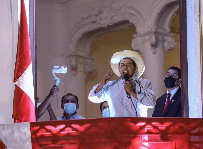 El candidato izquierdista Pedro Castillo (c) se dirige a sus seguidores, en la sede de su partido Perú Libre, en Lima (Perú).